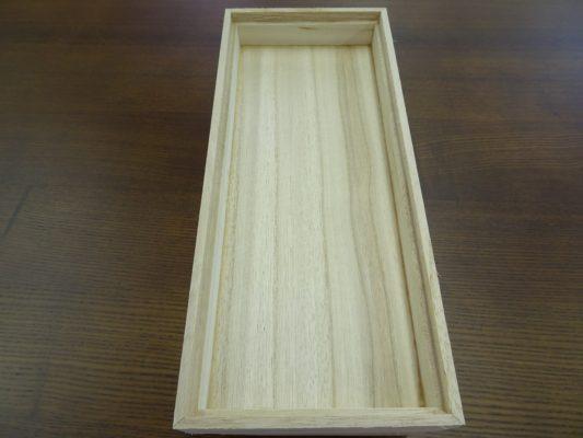 漂白された張り合わせの桐(風)箱の裏