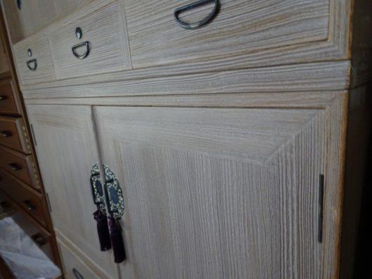 洗い修理前のいい3つ重ね桐たんすの開き戸