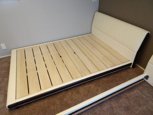 岸和田市のS様シモンズベッド ベッドフレームを組み立てています。
