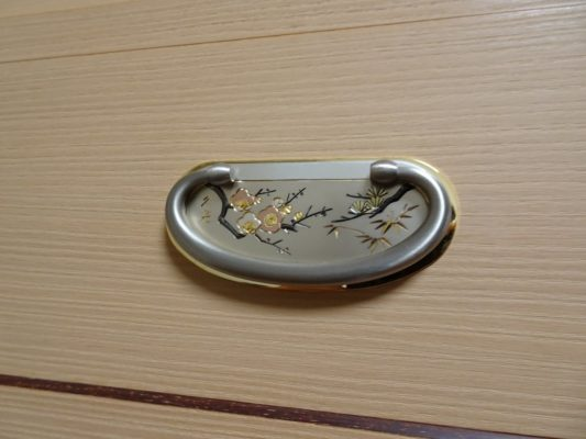 鳳凰(総桐胴丸無垢細紫檀面入り三重ね衣装箪笥) 金具アップ