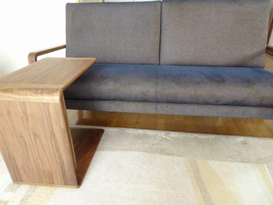 カリモク品番:ソファー WU4562R547、サイドテーブル TU1970ME