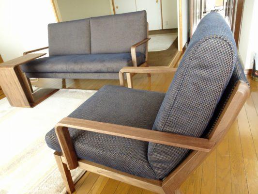 カリモク品番:ソファー WU4562R547、肘掛椅子 WU4500WE、サイドテーブル TU1970ME