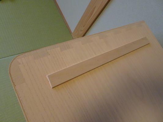 側面と天板を手組みてで組み上げています。