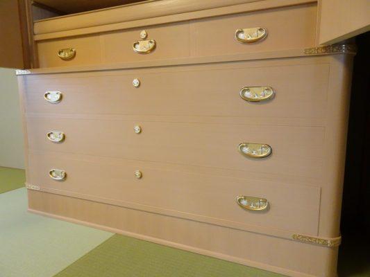 大阪泉州桐箪笥 こだわりの良質な引出し柾目杢目の写真