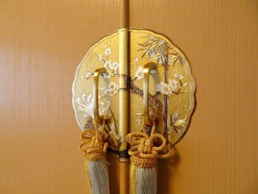 大阪泉州桐たんすの胴丸和紙衣装箪笥のこだわりの前飾り金具
