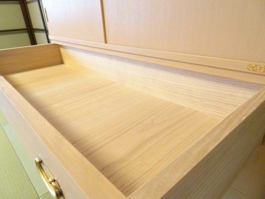 大阪泉州桐箪笥 こだわりの良質な引出し内部の杢目の写真