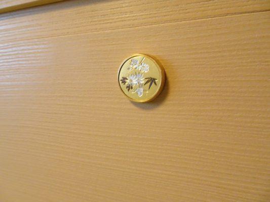 大阪泉州桐たんすの胴丸和紙衣装箪笥のこだわりの引出し鍵座