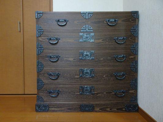 大阪府のK様に焼桐板目時代箪笥をお届けさせていただきました。