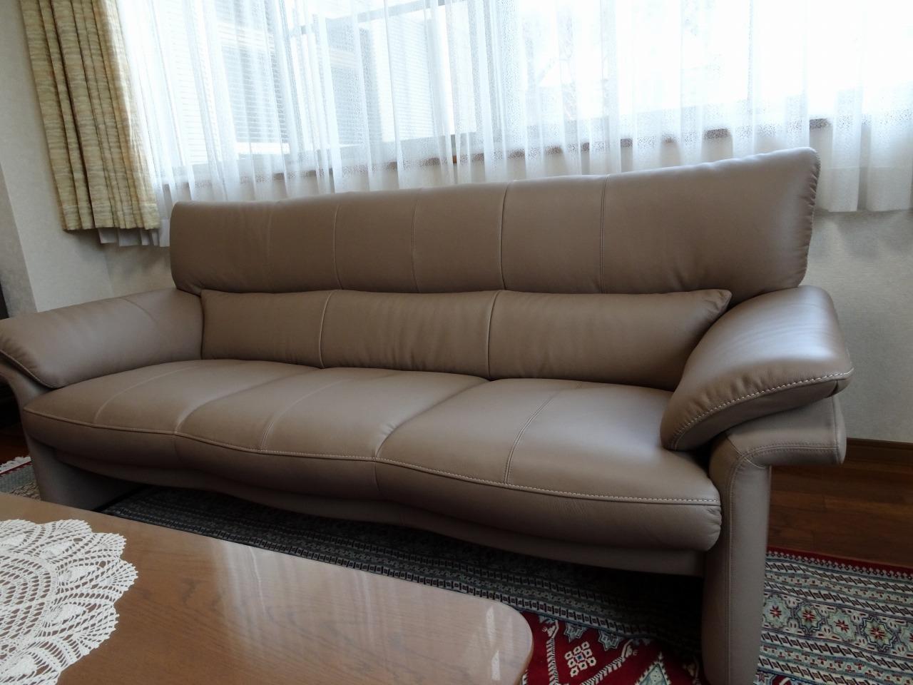 大阪府のN様にカリモク家具 ソファーZU34シリーズを3台お届けいたしました。