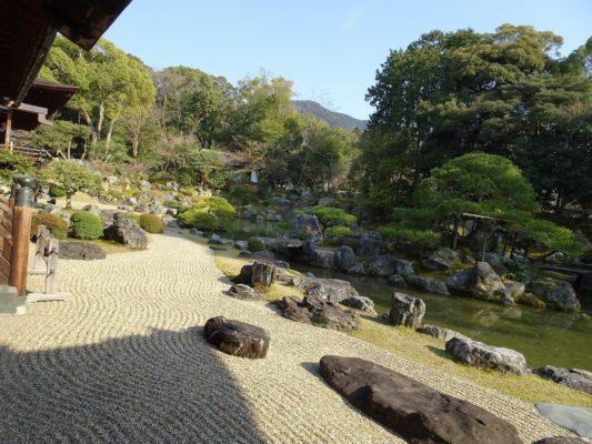 醍醐寺の三宝院の庭園の石と池