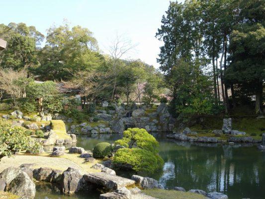 醍醐寺の三宝院の庭園の石と池の配置