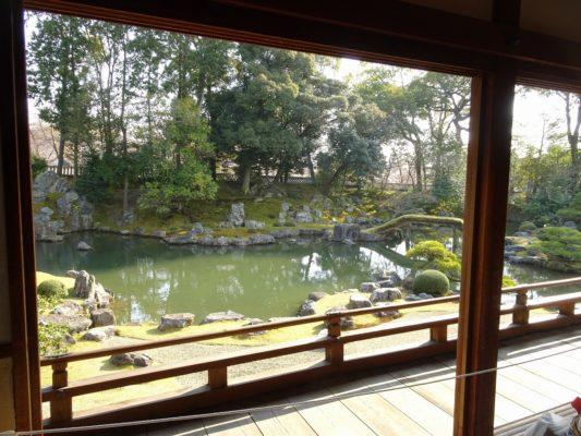 京都 醍醐寺の三宝院の庭園を廊下から撮影