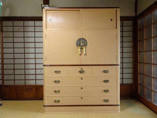 大阪府N様のご注文の大阪泉州桐箪笥 胴丸型の高級な桐の衣装箪笥をお届けいたしました。