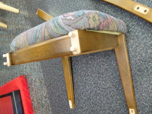 壊れた鏡台の椅子
