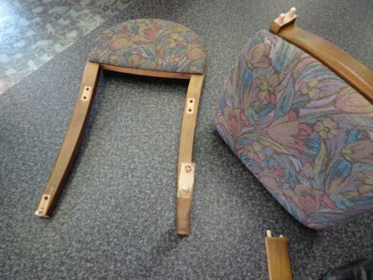 壊れた鏡台の椅子です