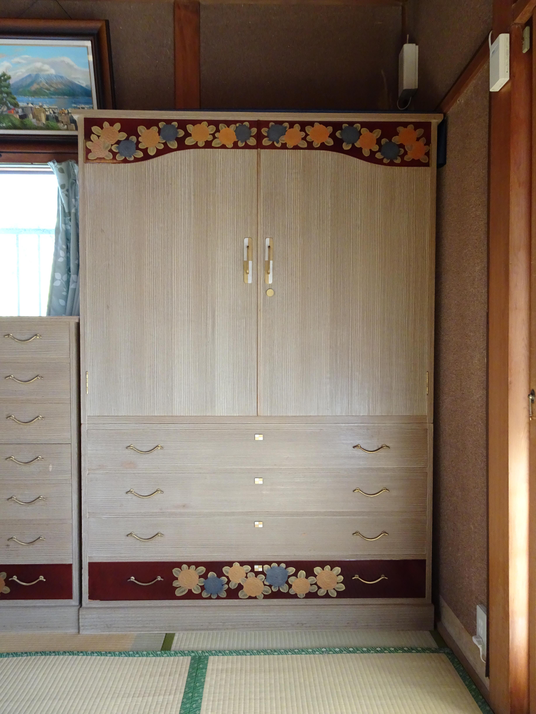 品質のいい桐箪笥で漆塗りのお花の蒔絵入り 2本揃え 洗い替えのご紹介です。