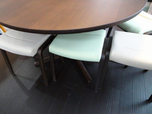 カリモク品番:テーブル DU4401K000、チェアー CT0406K606、CT0406K565