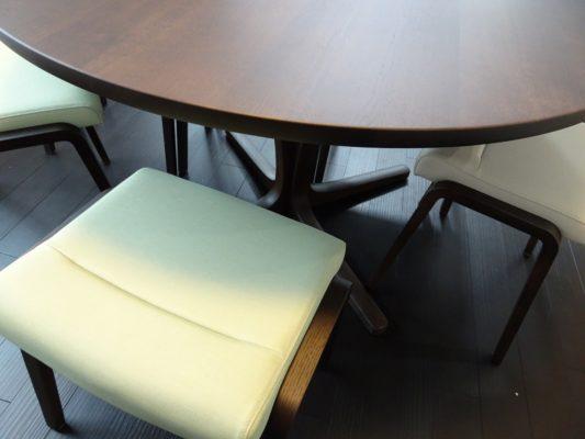 大阪府のM様にカリモク家具のテーブルDU4401K000とチェアーをお届けいたしました。