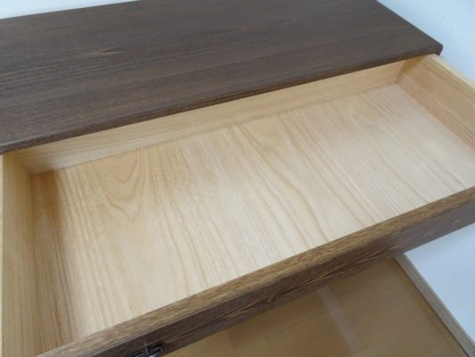 大阪泉州桐箪笥 焼桐板目杢五段引出しタンスの内部