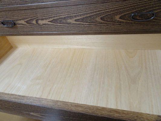 焼桐板目杢五段引出しタンスの良質な桐材です
