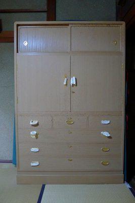 K様からご依頼いただきました、カビが発生した桐箪笥の洗い修理の事例です。