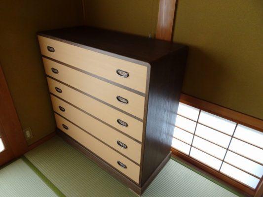 桐箪笥の納品事例 初音家具の天丸焼桐ツートン五段桐箪笥のお届け写真と動画です。