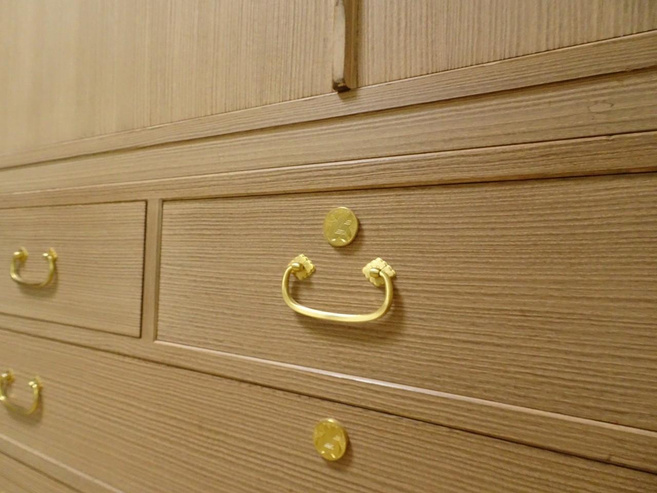 松山家具の(桐の松山)蒔絵入りの桐箪笥の洗い替え修理