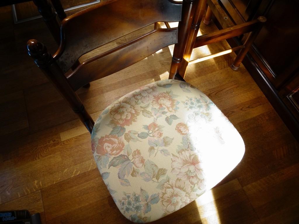 カリモクのコロニアルの椅子の座面の張り替えをしました。