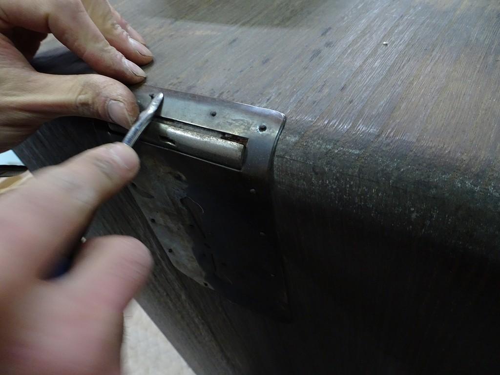 こだわりの桐箪笥の社長ブログ 写真で見る、古い桐箪笥の金具を取り外すもの大変な作業なんです。