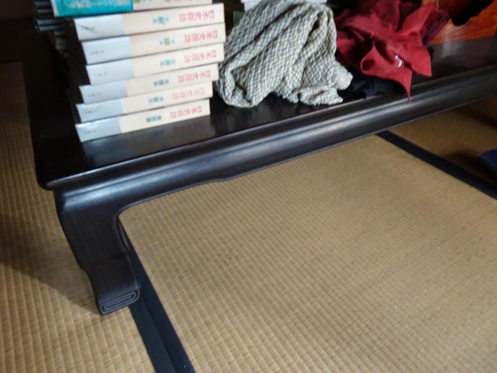 こだわりの桐箪笥の社長ブログ 古い唐木の座敷机も捨てないでくださいね。