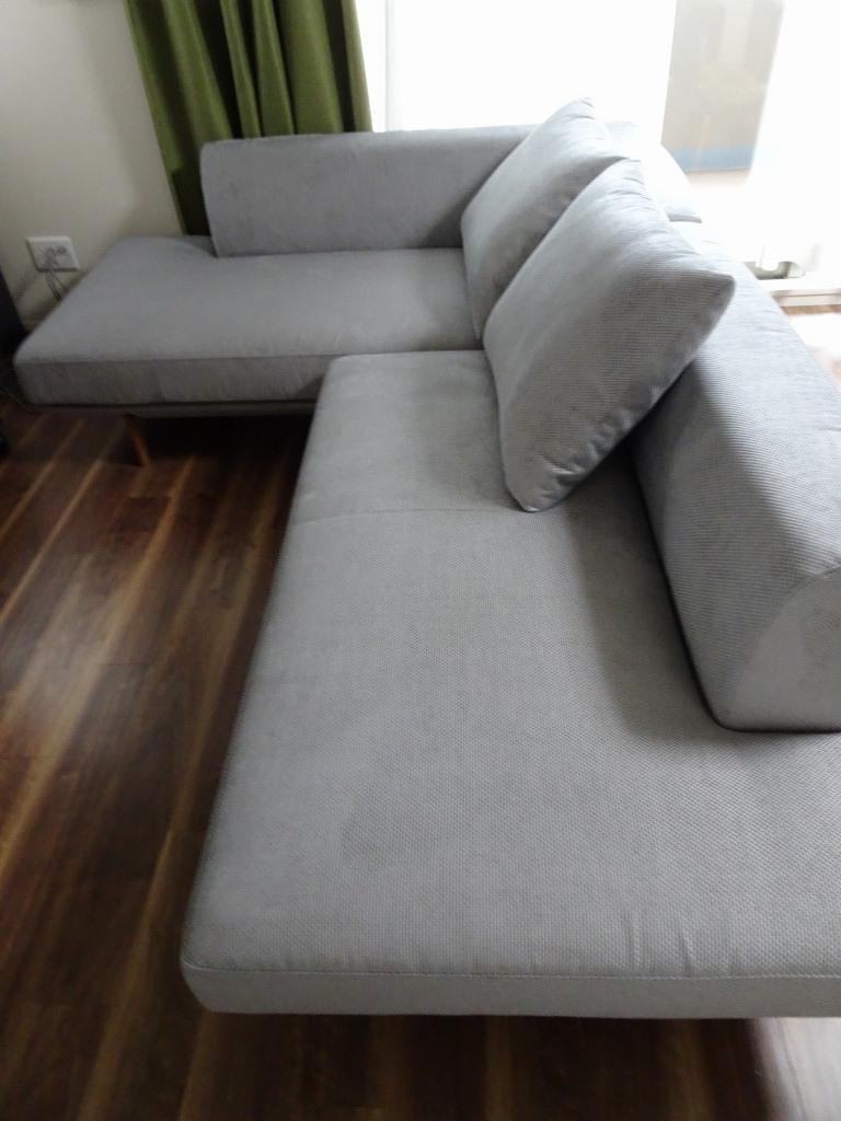 カリモク家具ソファー品番  シェーズロング:UU4048H740 、2人掛け椅子:UU40A9H740 、木部:モルトブラウン、 張地:プルートプラチナ