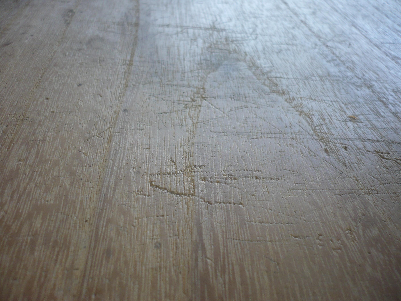 古い桐たんすの天板の傷