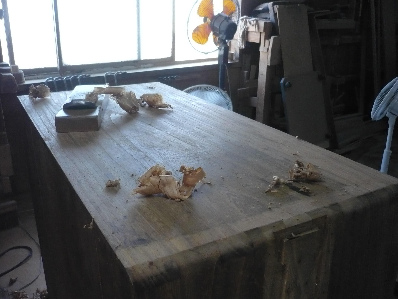 古い桐たんすの天板の傷の鉋がけ