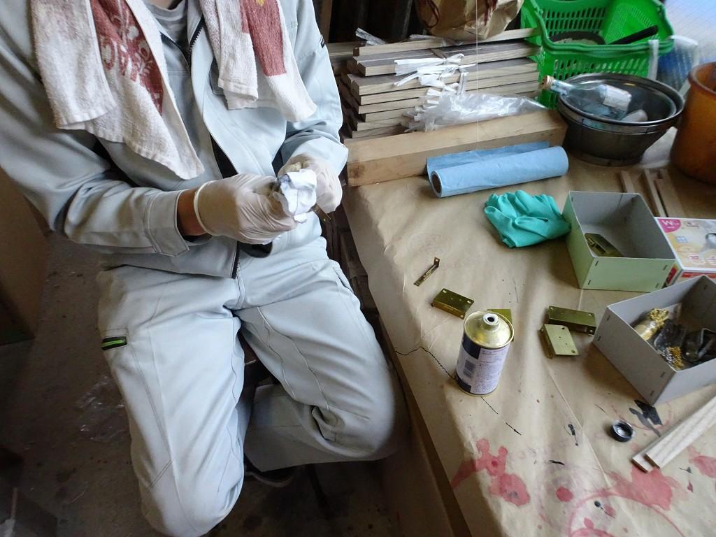 こだわりの桐箪笥の社長ブログ 古い桐箪笥の洗い修理ですが古い金具を磨いてメッキ直しします。